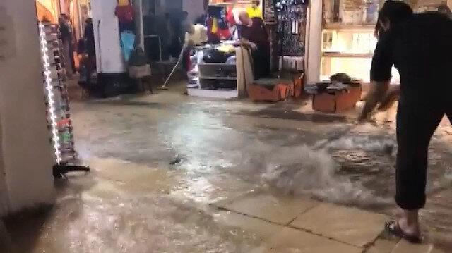 İstanbul'da sağanak yağış: Kapalıçarşı'yı su bastı