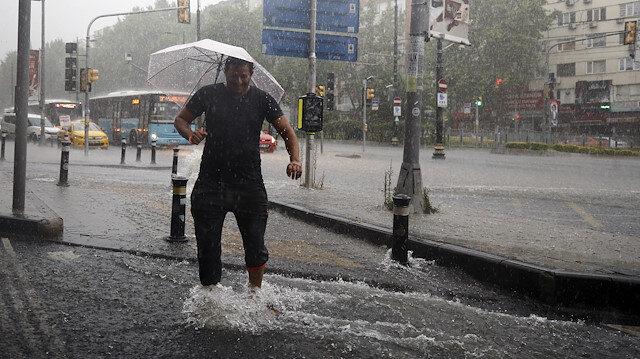 İstanbul yağmura teslim: Sokaklar dereye döndü, alt geçitler kapandı, vapur seferleri durdu