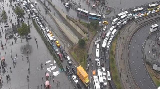 İstanbul'da sağanak yağışın ardından trafik durdu