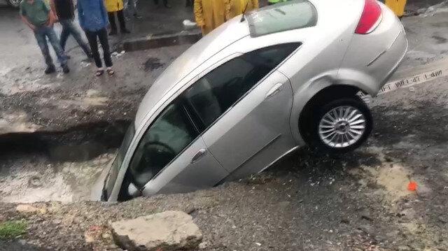 Park halindeki araç yol çökmesi sonuca oluşan çukura düştü