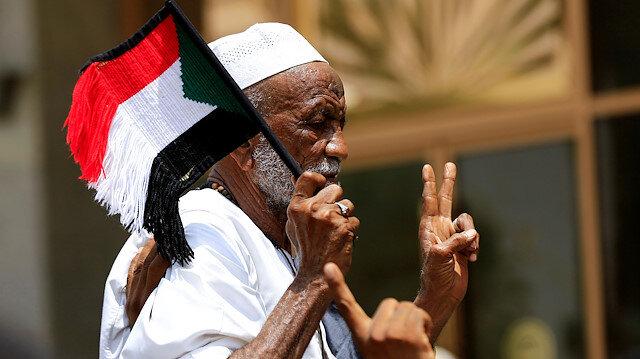 Sudanlılar sokaklara dökülerek, sevinç gösterileri düzenliyor