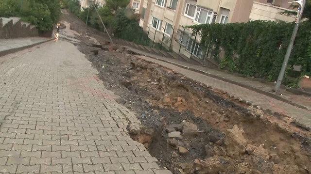 Üsküdar'da sağanak yağış sonrası yol çöktü