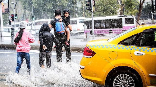 İstanbul'da sabah saatlerinde başlayan sağanak yağmur hayatı olumsuz etkiledi.