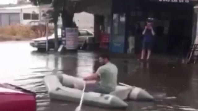 Sanayiyi su basınca vatandaş botla gezintiye çıktı