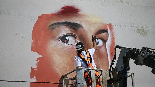 Venezuelalı sanatçı İzmir'de okul duvarlarını renklendirdi