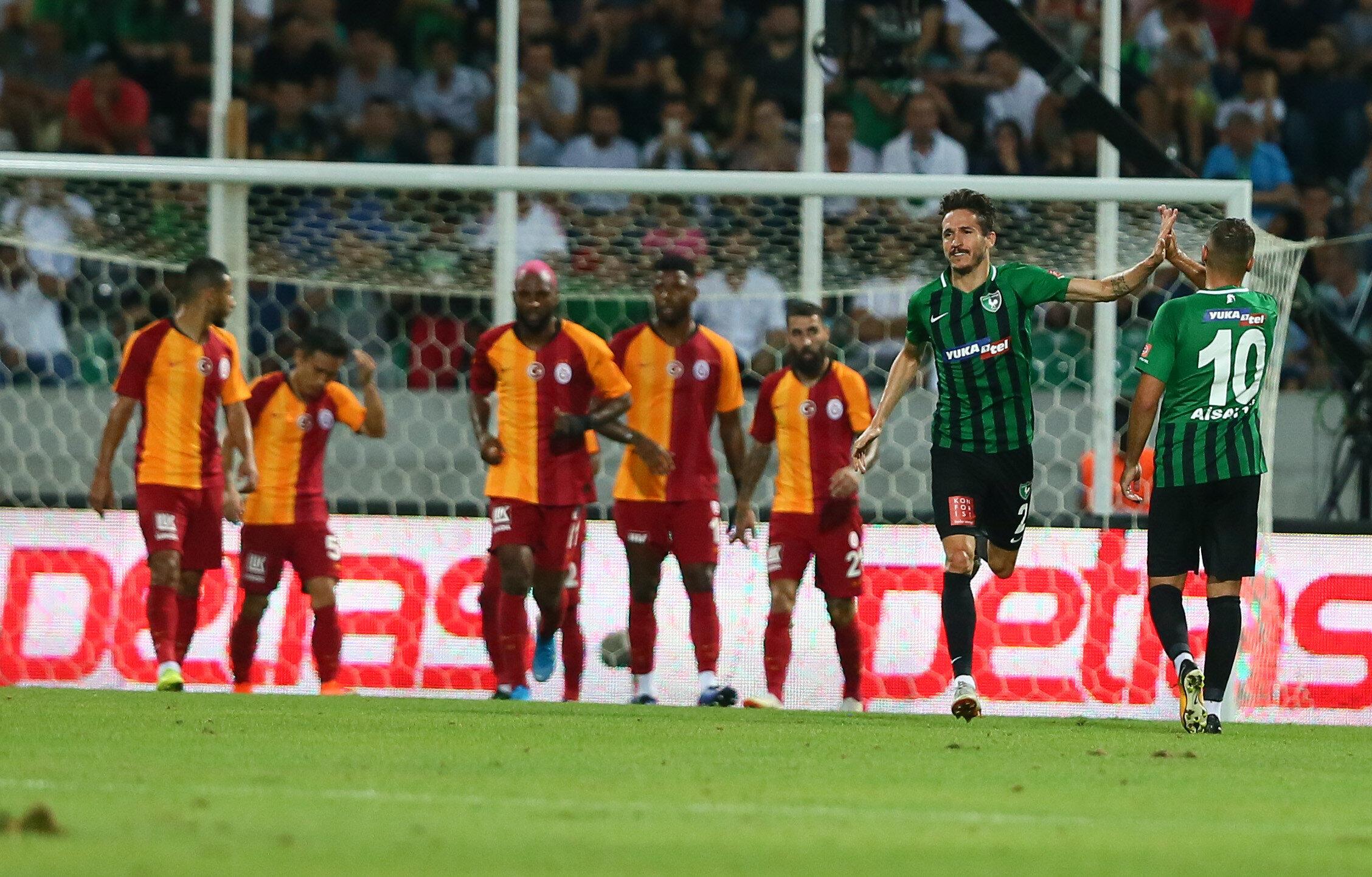 Son şampiyon Galatasaray, sezonun açılış maçında ligin yeni ekibi Denizlispor'a 2-0 mağlup oldu.