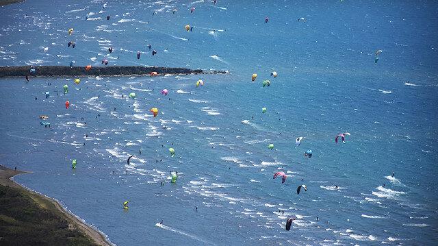 50 ألف يتمتعون بركوب الأمواج في أحد شواطيء موغلا التركية