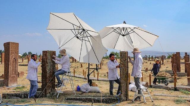 فريق تركي من المختصين ينفض الغبار عن أكبر مقبرة إسلامية في العالم!
