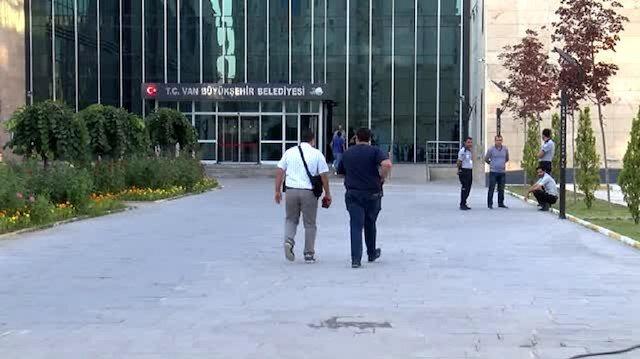 Polis ekipleri Diyarbakır ve Van Büyükşehir Belediye binasını sardı
