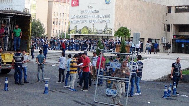Diyarbakır polisinin belediye binasına giriş anı