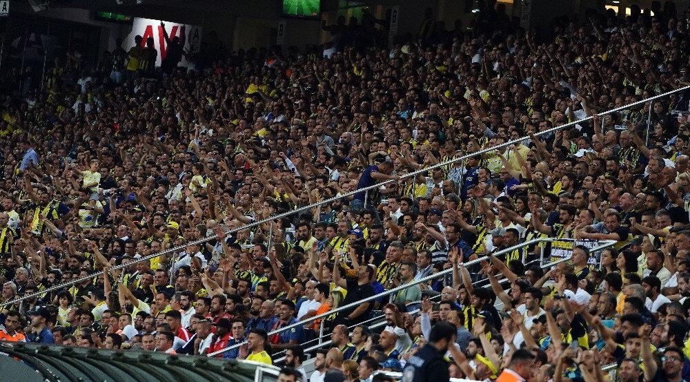 Fenerbahçeli taraftarlar takımlarını yalnız bırakmadı.