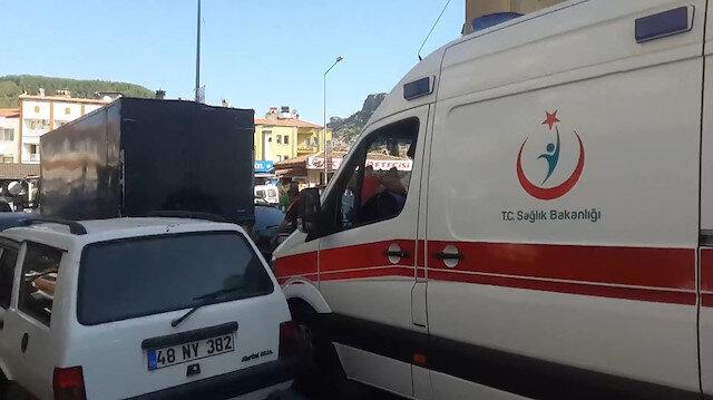 Ambulans hatalı park nedeniyle güçlükle ilerledi