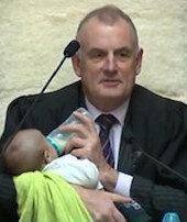 Meclis kürsüsündebebeğe biberonla süt verdi