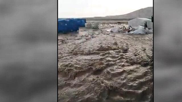 Sağanak yağış tarım işçilerinin çadırlarını sular altında bıraktı