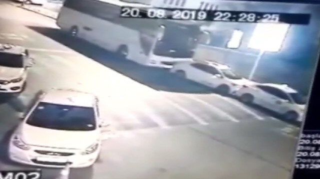 Park halindeki otobüsün 3 taksiye çarpma anı kamerada