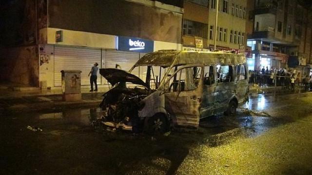 PKK/HDP yandaşları Diyarbakır'da minibüsü yaktı