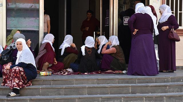 Hacire Akar, dağa kaçırıldığını iddia ettiği oğlu için HDP önünde oturma eylemi yapıyor.
