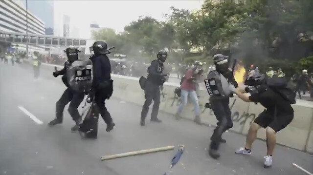 Hong Kong polisi ve göstericilerin sopalı kavgası kamerada