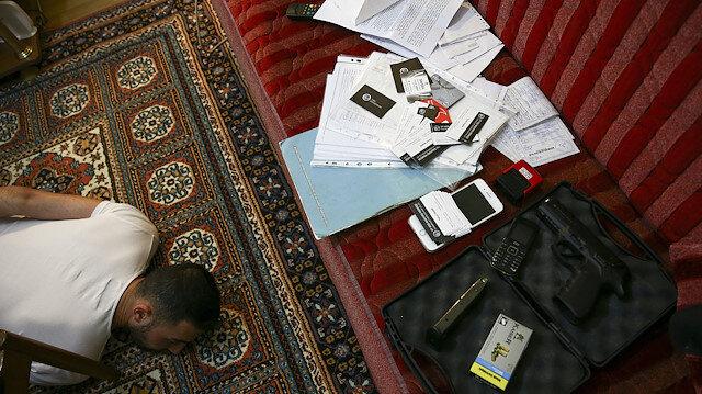 Ankara'daki vize dolandırıcılığı operasyonunda gözaltına alınan örgüt üyesi.