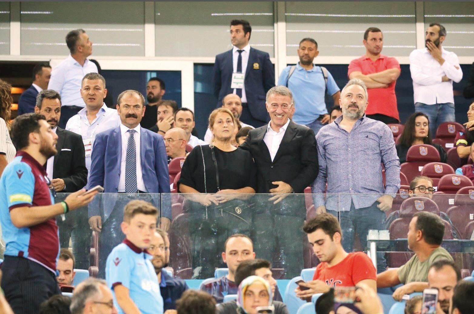 Serpil Usta ile Ahmet Ağaoğlu maçı birlikte takip etti.