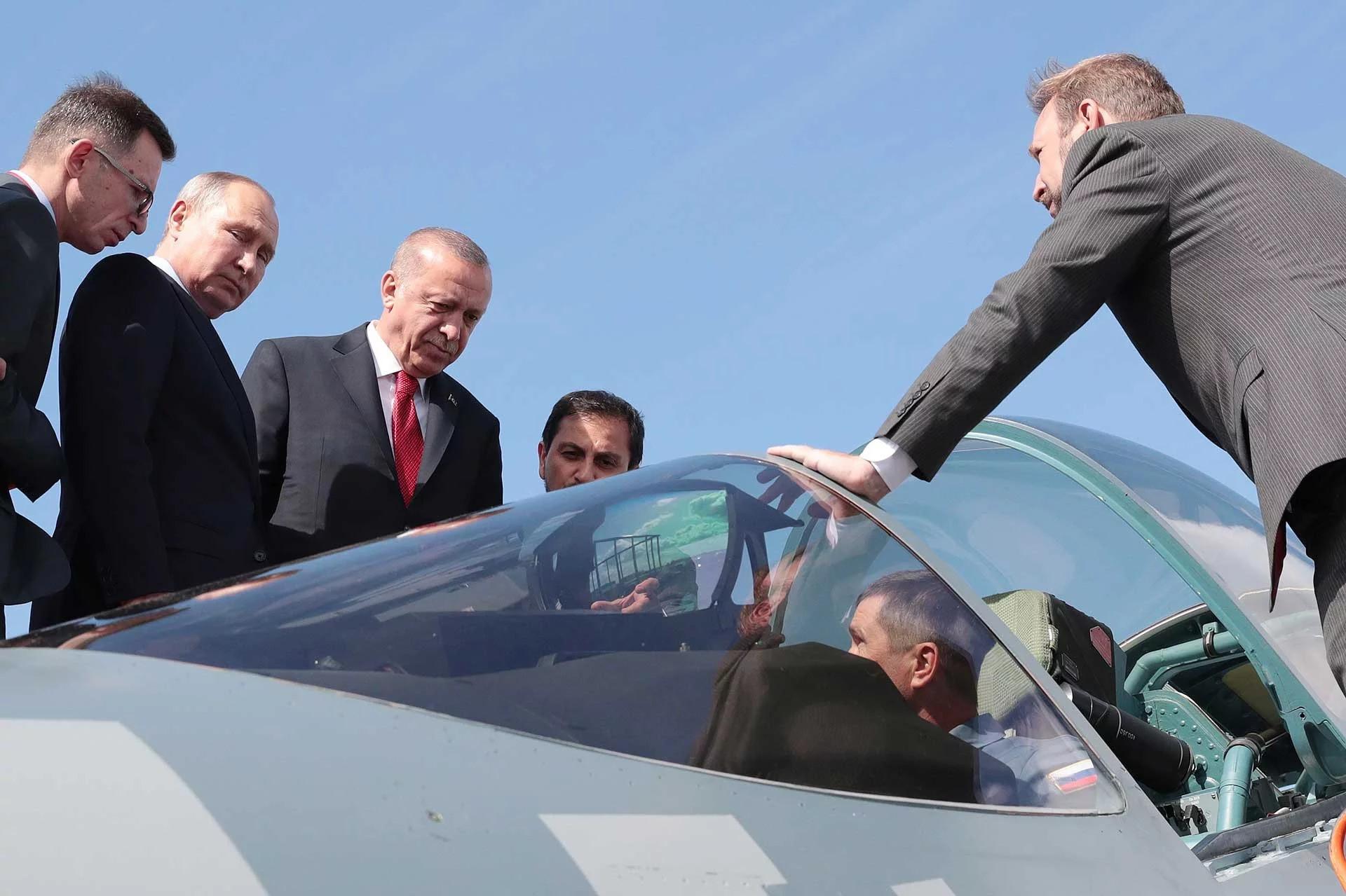Cumhurbaşkanı Erdoğan, dünkü Moskova ziyaretinde Rusya Devlet Başkanı Vladimir Putin'le birlikte Uluslararası Havacılık Fuarı MAKS-2019'u ziyaret etmiş ve Su-57 uçaklarını incelemişti.