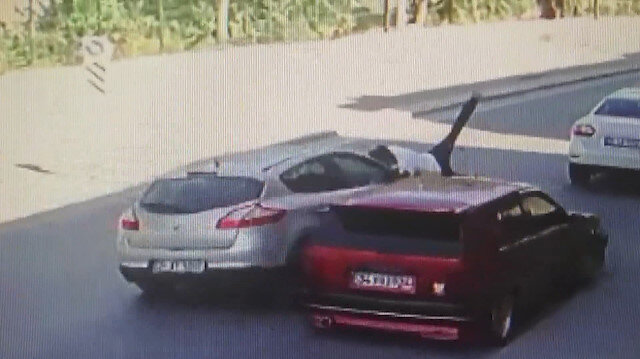 Dikkatsiz sürücü aracına binmeye çalışan kişiye çarptı