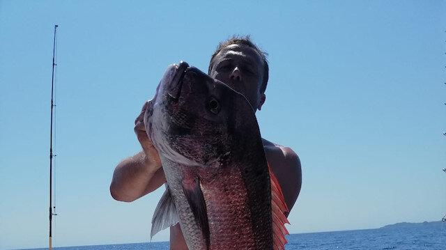 1 metrelik oltayla 20 kiloluk iki dev balık yakaladı