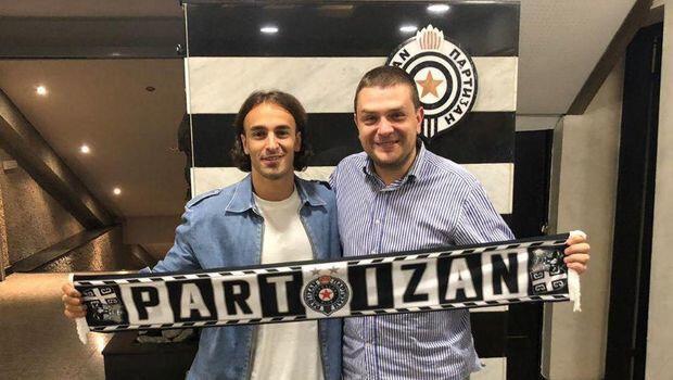 Sırp futbolcu, kulübün sportif direktörü Milos Vazura ile birlikte böyle poz verdi.