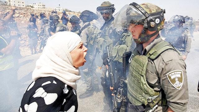 Filistinliler, her cuma günü Gazze sınırında sürgün edildikleri topraklarına geri dönme talebiyle protesto gösterisi düzenliyor.