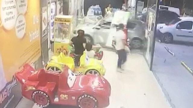 3 yaşındaki çocuk arabayla markete daldı