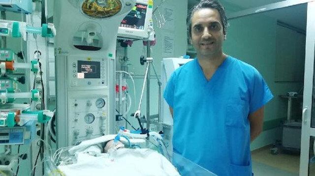 Doç. Dr. Mehmet Taşar ve yapay damar takılan bebek.