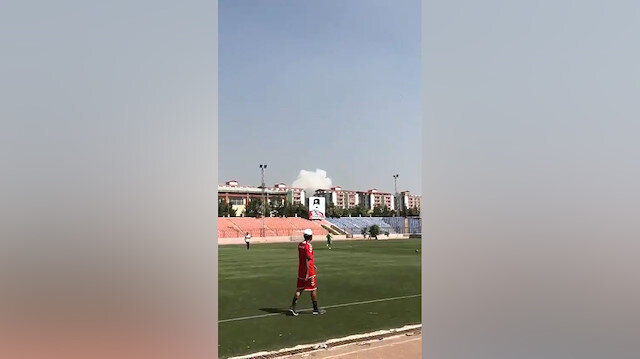 Bombalar eşliğinde futbol oynadılar