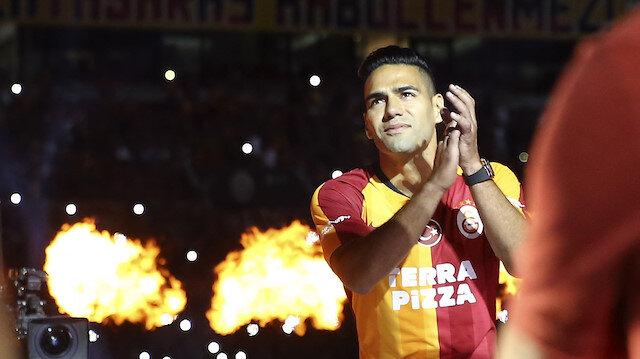 Galatasaray taraftarlar imza töreninde Falcao'ya büyük sevgi gösterilerinde bulundu.