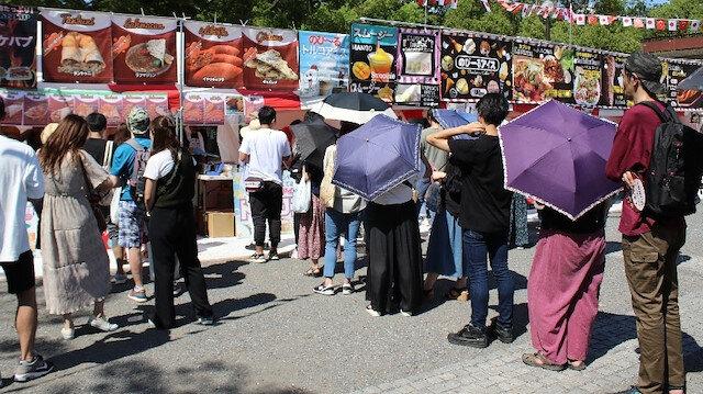 Maraş dondurması satılan yere ilgi büyüktü.