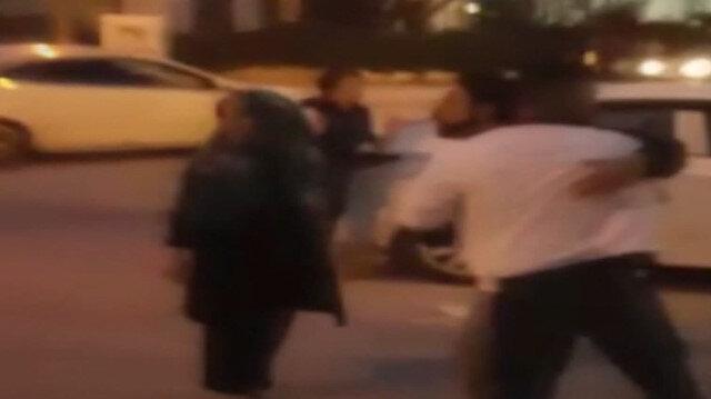 Aracına çarpan motosikletliye saldırdı