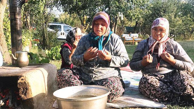 Kırklareli'de kadınlar ilahiler eşliğinde kaynattıkları aşureyi, duaların ardından komşularına dağıtıyor.