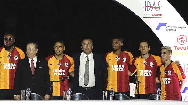 Galatasaray yeni transferleri için Türk Telekom Stadı'nda imza töreni düzenledi.