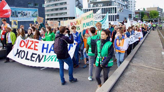 Protestoya katılan çok sayıda gösterici, kentin merkez tren garı önünde toplandı.