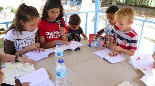 Kırıkkale'nin Yahşihan ilçesinde kitap okuyan çocuklar.