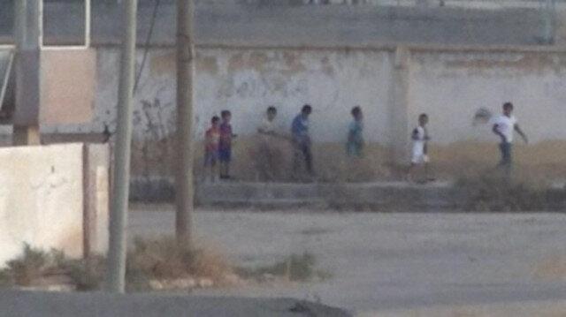 Teröristler görüntü verdirmek için çocukları sıraya dizip yürüttü