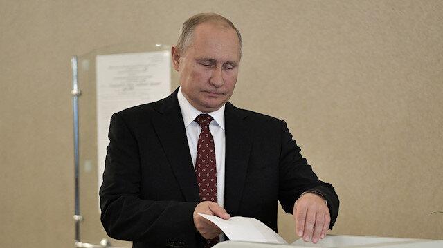 Putin yerel seçimlerde oyunu kullandı.