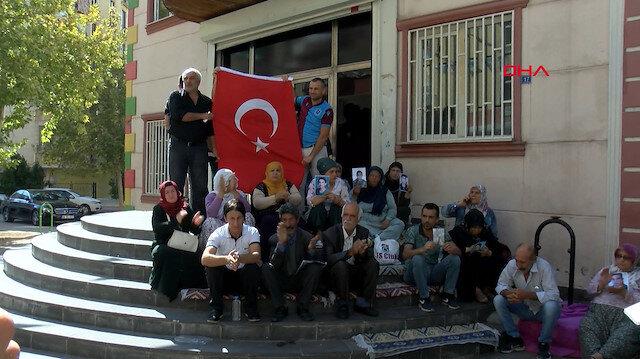 Families protesting PKK terrorists for abducting children raise Turkish flag
