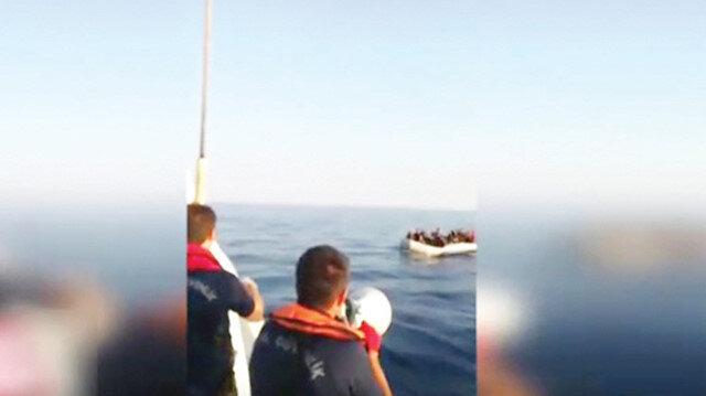 Sahil Güvenlik askerleri mültecileri uyardı.