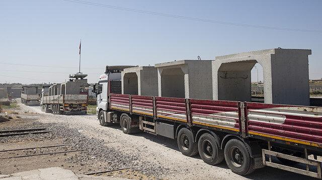 Sınır hattına beton blok sevkiyatı