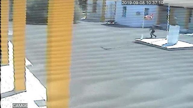 Provokatörün Türk bayrağını indirdiği anlarda güvenlik kameraları kayıttaydı.