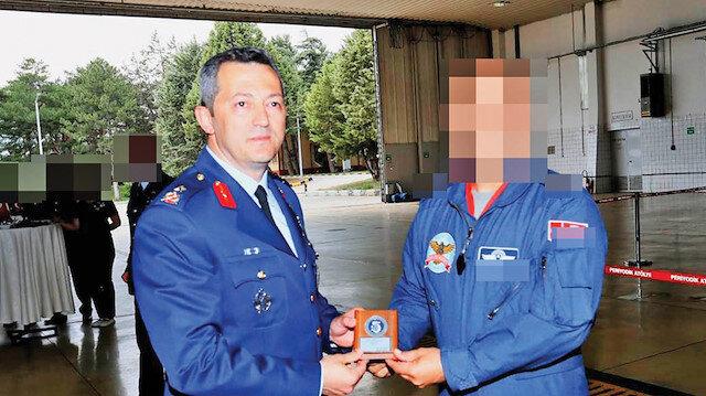 Özkan Edip Akgülay (solda)