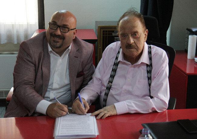 Giresunspor eski Başkanı Mustafa Temel Bozbağ, Gençlerbirliği'nin merhum başkanı İlhan Cavcav ile Vedat Muriç'in transfer sözleşmesini imzalıyor.