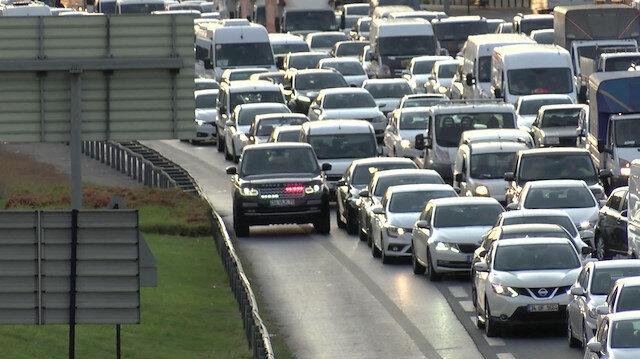 İstanbul'da trafik arttı: Çakarlı araçların emniyet şeridi yolculuğu başladı