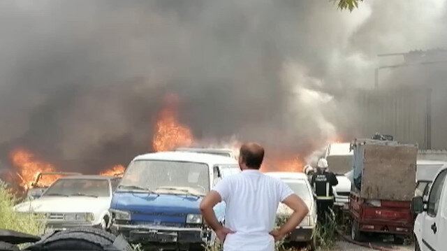Otoparktaki araçlar alev alev yandı