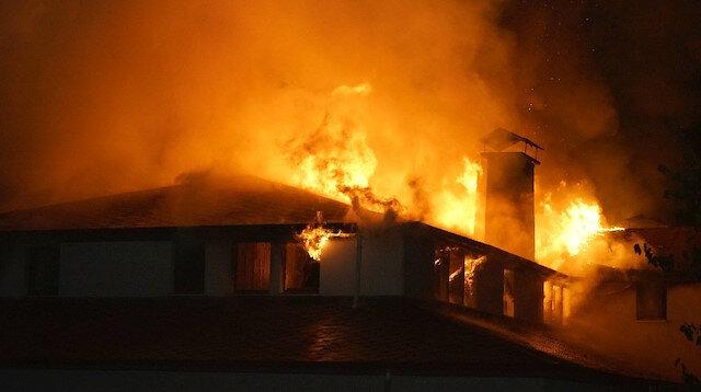 Kastamonu'da 3 katlı konak alev alev yandı